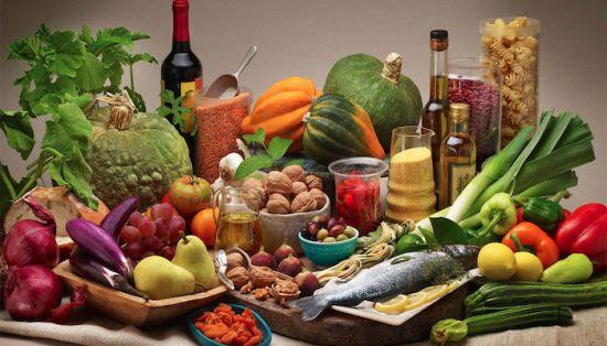 A distanza di quasi due mesi dall'inizio del confinamento dovuto al COVID-19, come sono cambiati le nostre abitudini alimentari e il nostro stile di vita? La Scabec, società campana per i beni culturali, promuove un sondaggio finalizzato a una maggiore comprensione degli effetti della Dieta Mediterranea sulle malattie cardiovascolari, sulla perdita di peso a lungo termine e su altre malattie croniche. Come ben noto, la Dieta Mediterranea aiuta a prevenire malattie come l'infarto o l'ictus nelle persone ad alto rischio di malattie cardiovascolari e altre malattie croniche. Il sondaggio, realizzato dalla Fundación Dieta Mediterrània di Barcellona (https://dietamediterranea.com/) in qualità di partner del progetto Interreg-MD.net (https://mdnet.interreg-med.eu/) di cui la Regione Campania è capofila, propone di realizzare una ricerca sulle abitudini alimentari e lo stile di vita della popolazione mondiale in questa particolare condizione sociale dovuta alla pandemia. Le domande, tradotte in sette lingue e rivolte a persone maggiorenni, che volontariamente e in forma anonima desiderino partecipare, riguardano la situazione attuale (Da quanti giorni dura il suo confinamento? Il suo peso è aumentato o diminuito? e così via), il riposo e la qualità del sonno, il fumo, l'attività fisica e lo sport (La sua attività fisica è aumentata durante il confinamento?), le abitudini alimentari (Quanti pasti consuma al giorno? Pensa di fare più spuntini rispetto a prima del confinamento?), la spesa (Acquista prodotti freschi o surgelati? Cerca di acquistare prodotti locali, viste le circostanze?), il consumo di alimenti (Durante il confinamento è aumentato il consumo di dolci fatti in casa?) Le informazioni ottenute saranno inserite in una banca dati europea, nella quale anche altri gruppi di ricerca stanno facendo confluire dati di indagini analoghe. È possibile partecipare al sondaggio dai canali social di Scabec (www.facebook.com/scabecspa/) o attraverso questo link: https://ec.euro